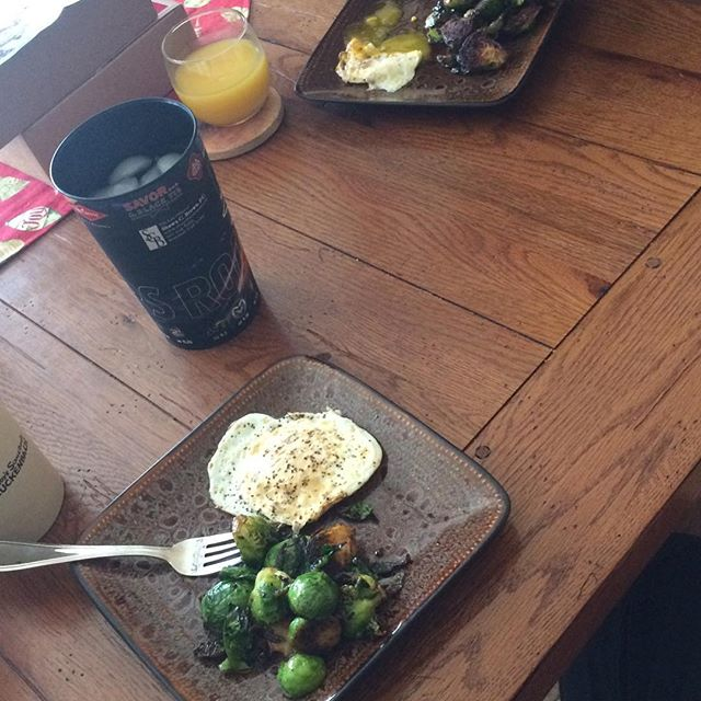 Day one of NOT being a holiday fatty... Brussels sprouts and eggs for lunch courtesy of @kim_tauaefa 🍳🌳