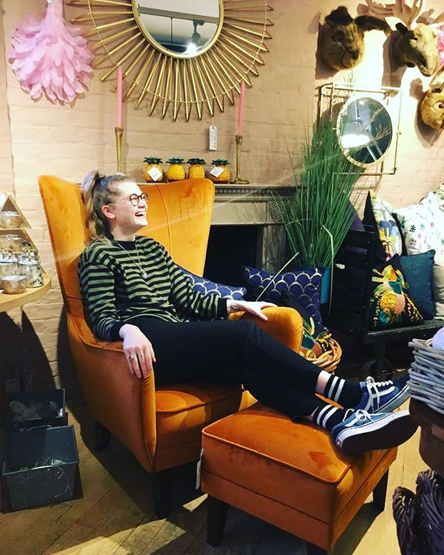 Did we mention... 30% off EVERYTHING in store until the New Year and 50% off all Christmas bits??? This luxurious orange velvet chair and foot rest set could be yours for £665 instead of £950 😱😱🍊🧡 #velvetchair #romeochair #sale #christmassale #newyearsale #sparksyard #arundel #shopping #supportindependent #familyrunbusiness #lifestylestore