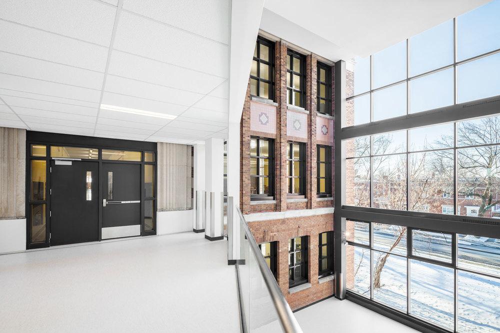 L'atrium, ouvert sur trois étages et totalement vitré