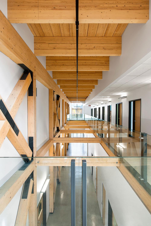 Vue de l'atrium et de sa structure de bois