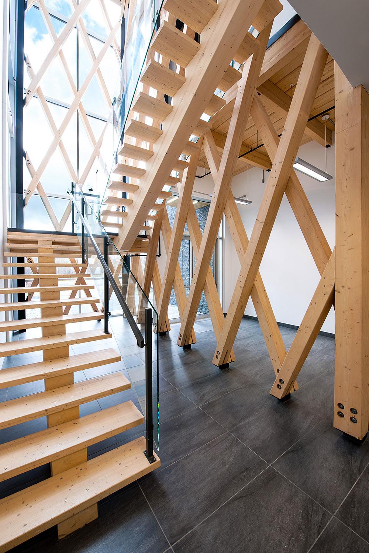 Vue de l'escalier ouvert dans l'atrium