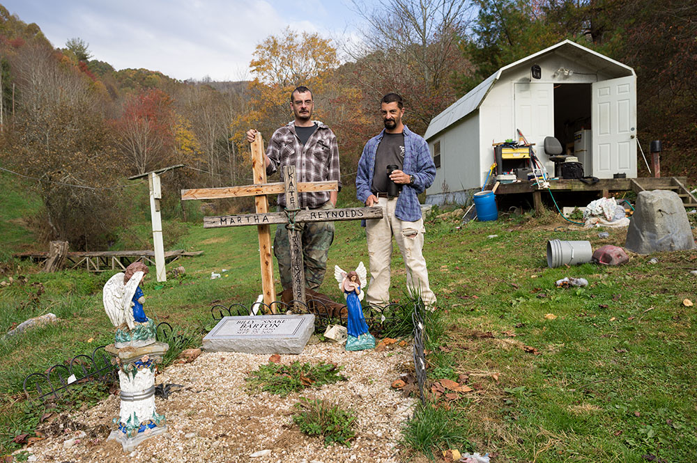 L1005109   us mf Billy and Bobby Barton at father's grave.jpg