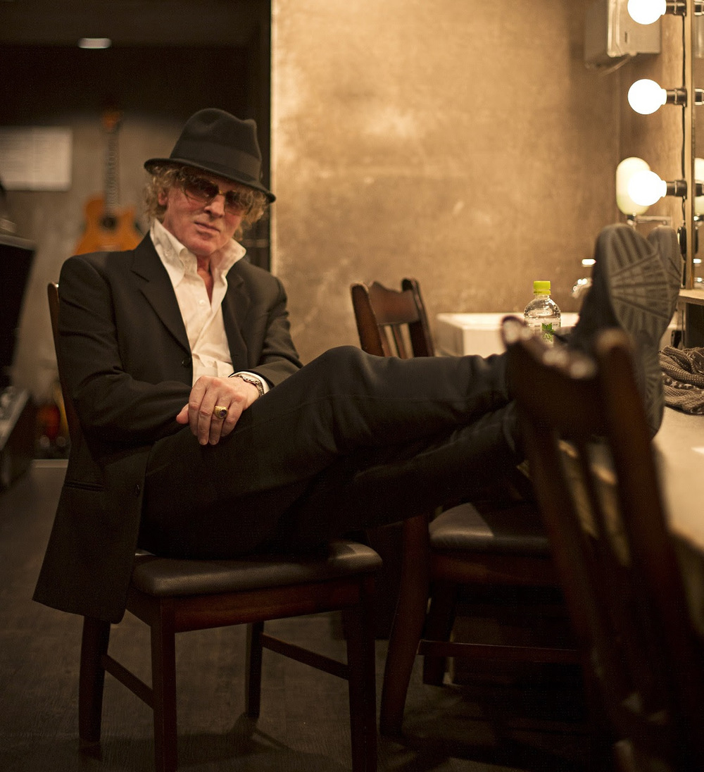 ian hunter seated