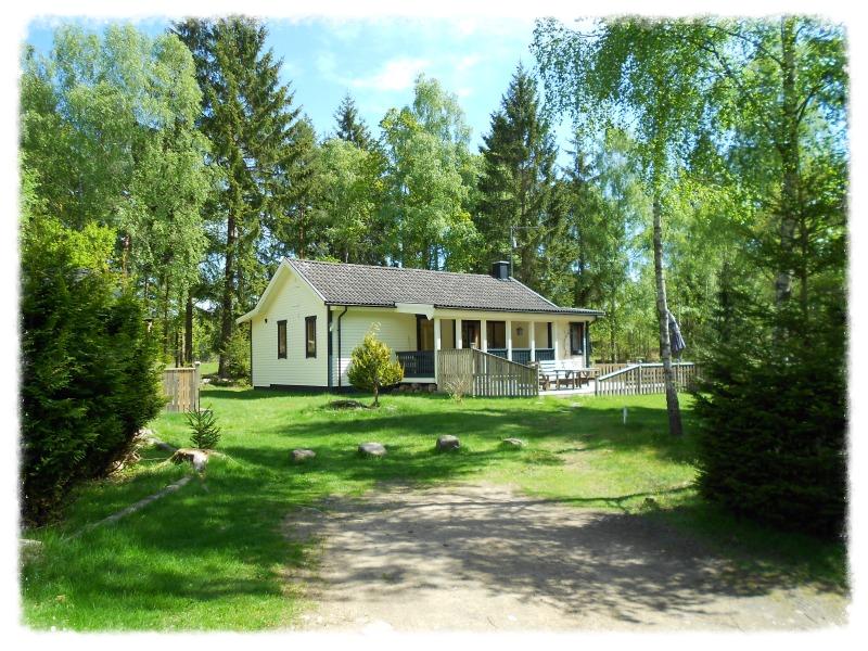 Svenstorpssjön Lycka 60 m2    2-6 Personen Ferienhaus mit Sauna und Kinderspielhaus .