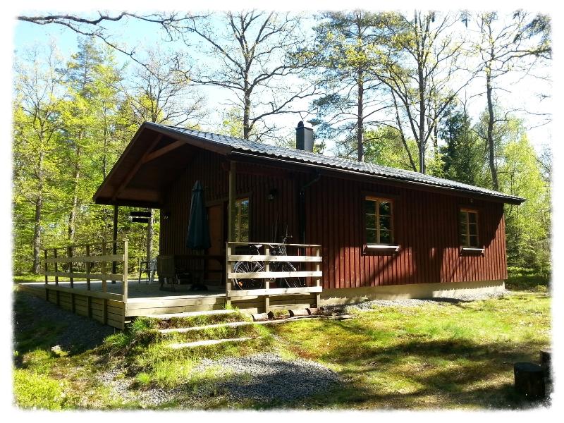 Mats Stuga 60 m2    2-4 Personen Ferienhaus mit Kinderspielhaus und großem Garten mit Bäumen (1300m2).
