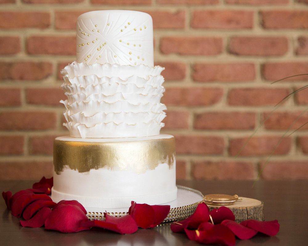 Gold and White Wedding Cake | Modern Hollywood Glam Wedding by Pearly Kate Photography