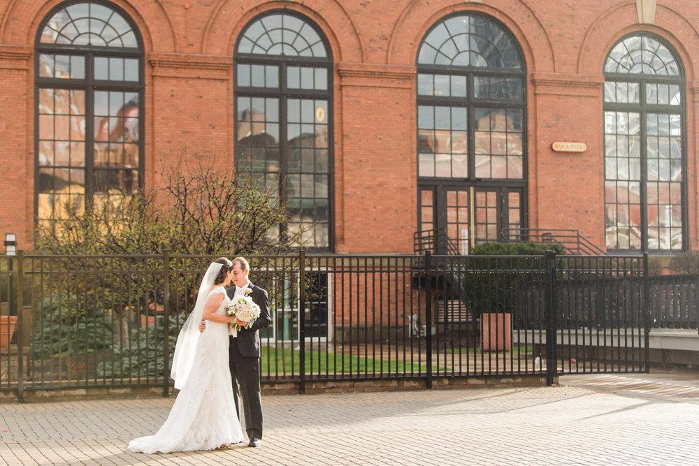Michelle_Jon_LorenJacksonPhotography_lorenjacksonphotographyclevelandohiophotographerwindowsontheriverwedding92.jpg