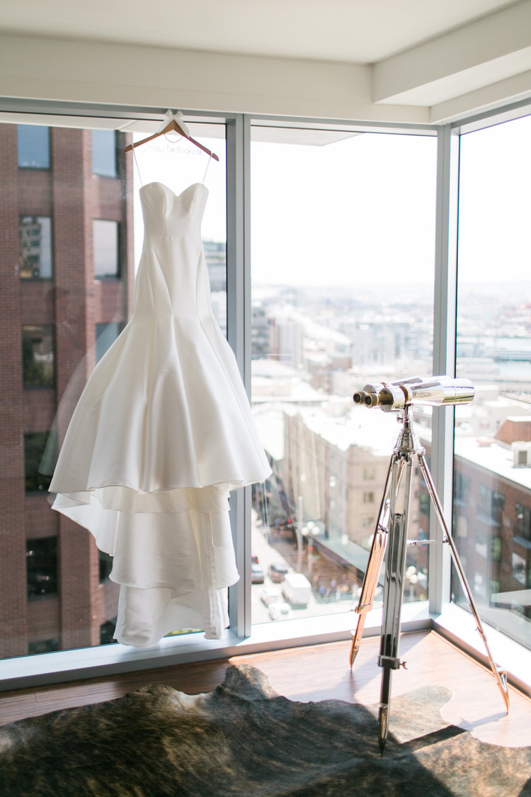 A Romantic Urban Seattle Wedding — The Overwhelmed Bride // Wedding ...