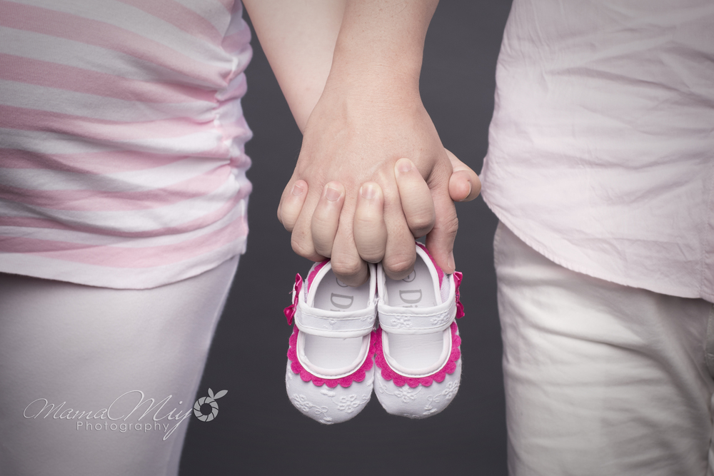 MamaMiyo maternity photo Singapore holding hands