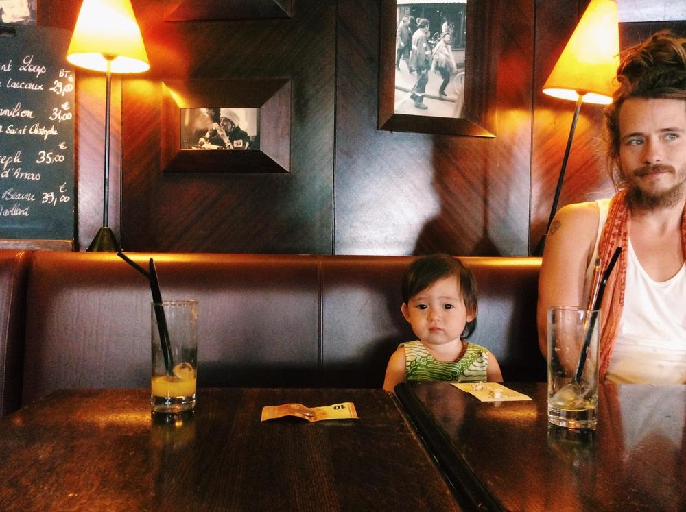 初めてのパリのカフェで、パドマちゃんちょっと緊張。