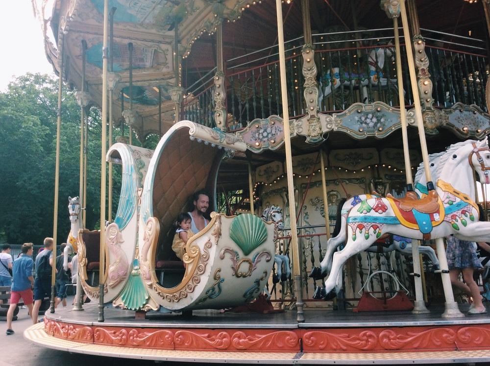 エッフェル塔の近くにあるメリーゴーランド。  21歳の時に初めて訪れたパリで このメリーゴーランドをみた時、いつの日か(恋人とではなく)、我が子と一緒にこれに乗ろう!って決めてました。