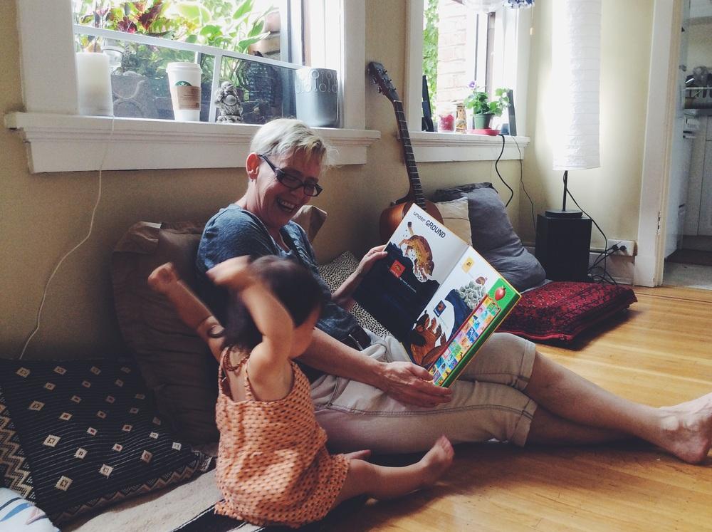 おばあちゃんから、読み聞かせの時間。パドマの大好きな時間📘