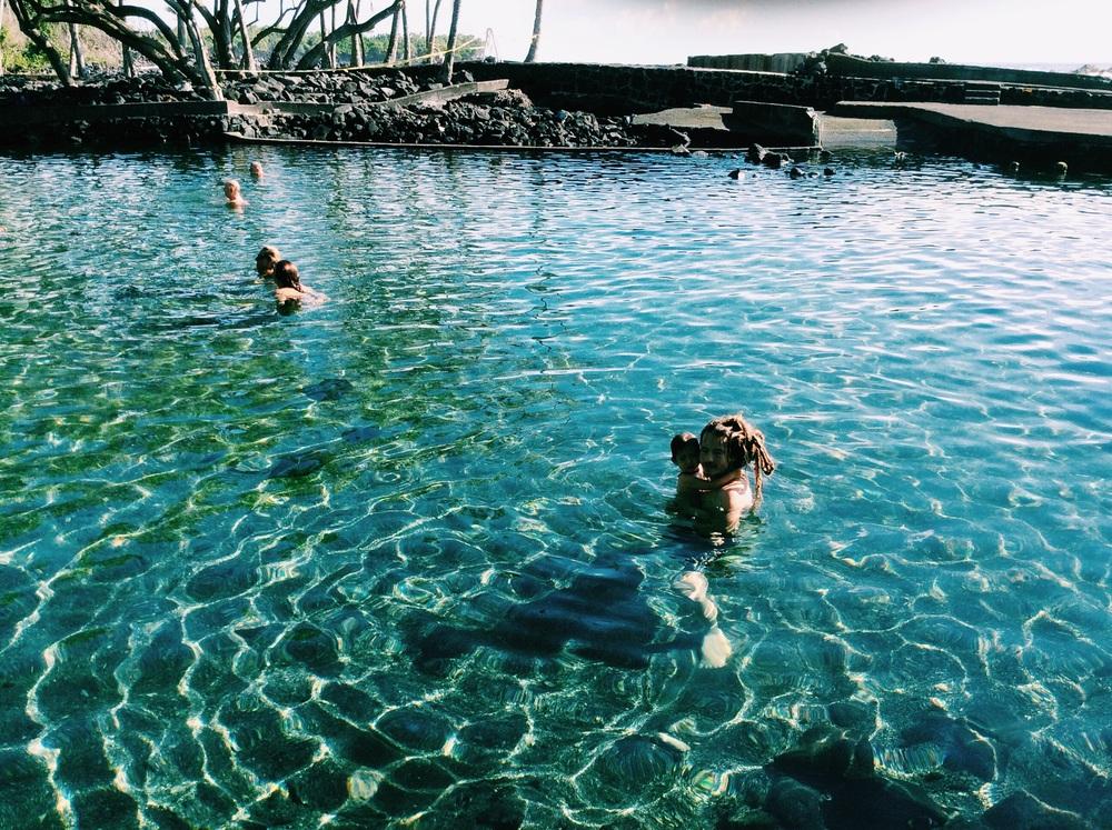 こちらに来てから毎日通っているWarm Ponds、カポポ湾にあるここは、アハラヌイ公園の中にあります。温水は火山の溶岩によって温めらてたもので、この池が接している海から寄せる波で冷やされ、ちょうどいいぬるま湯に保たれています。ここはヒーリングスポットとしても世界的に有名な場所で、筋肉や骨にトラブルを抱えている人たちやお年寄りの方など治療にやってきます。ワッツ(water shiatsu)にも最適です!