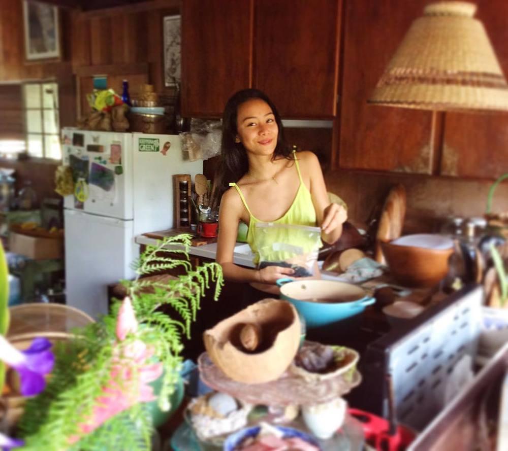 ケイコさんの娘(次女14歳)のサラちゃん、抜群のプロポーション。日本にてモデルデビューが決まって大忙し!そんな中、パドマの為にお味噌汁を作ってくれました。