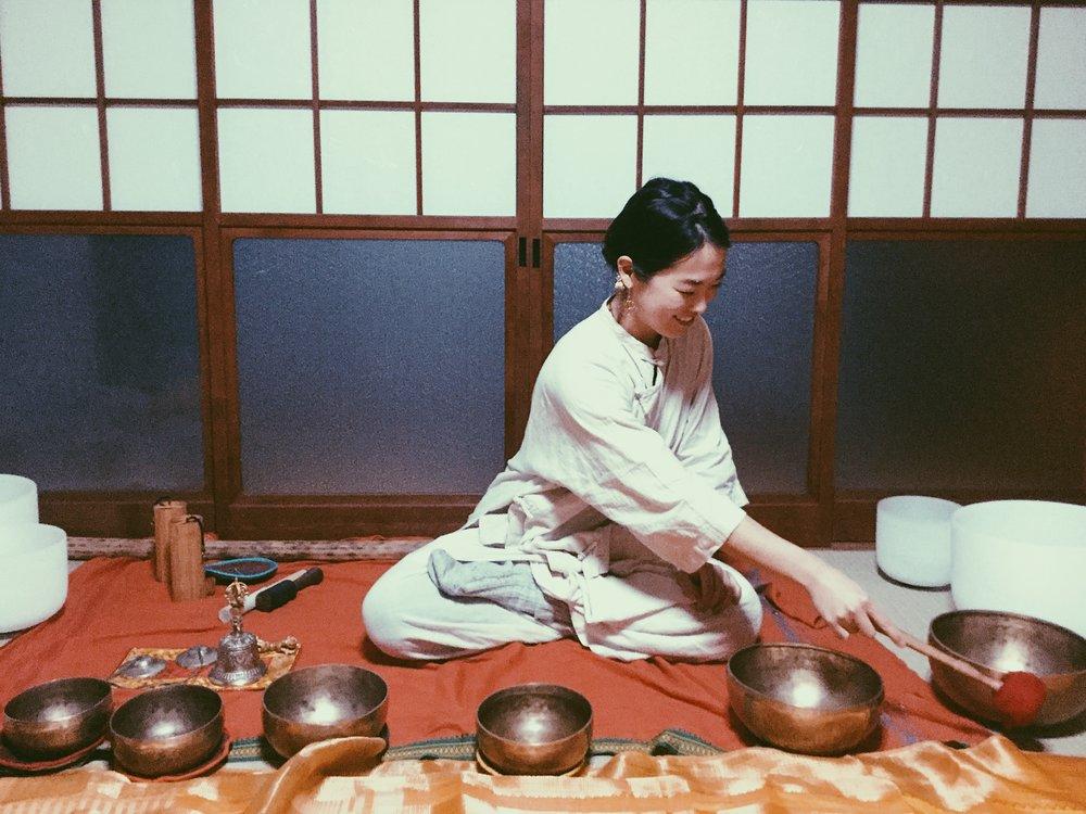 2月後半は、音によく触れました。Zuddha Yoga TeacherでシンギングボウルプレーヤーのMayuの個人セッションを受けに。仏教の勉強と練習を怠ることなく続けるマユというフィルターから奏でられる波動が凄い。 5月26日から29日でMayuと共に再び高野山リトリート決定です!  詳細はこちらから   http://www.zuddhalotus.com/zuddha-lotus-pad/2018/3/3/2-526-29