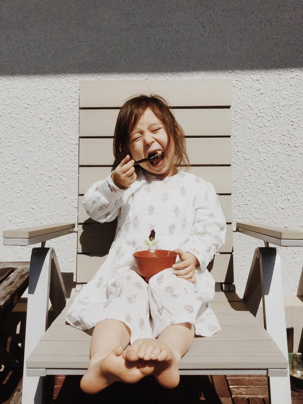 今回ハワイにてアンナさんのフルーツポリッジが食べれなかったパドマさん、新しいおうちのテラスで南の島を想いながら、お空の下でポリッジタイム。