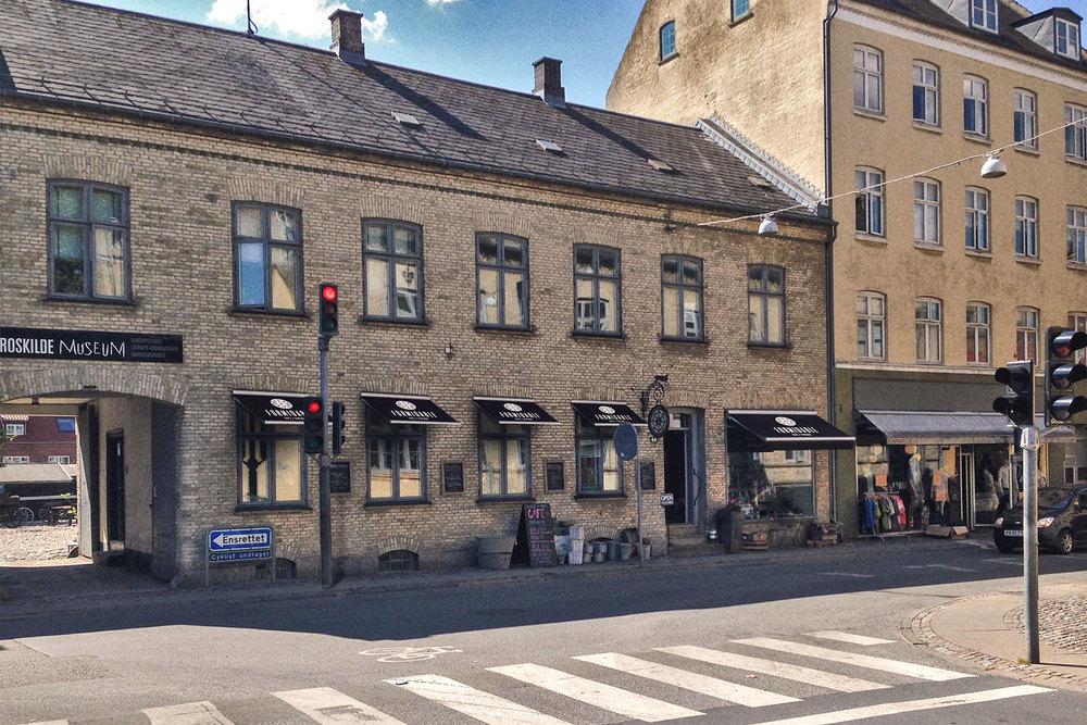 Cafe Formidable, Ringstedgade 6A i Roskilde - ved siden af Roskilde museum,Lützhøfts Købmandsgård.