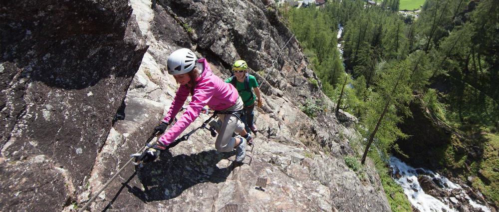 Kletterer auf Lähner Wasserfallklettersteig 2.jpg