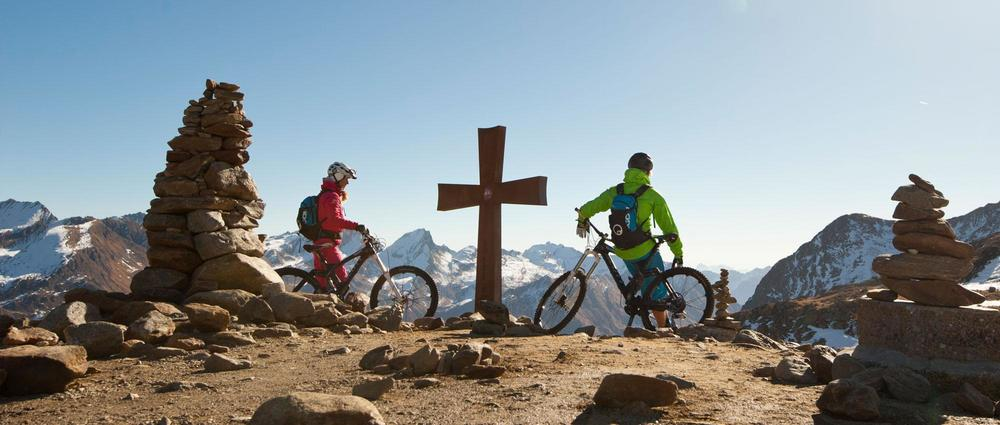 Biker am Gipfelkreuz.jpg