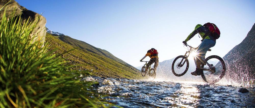 Biker überqueren Bachlauf.jpg