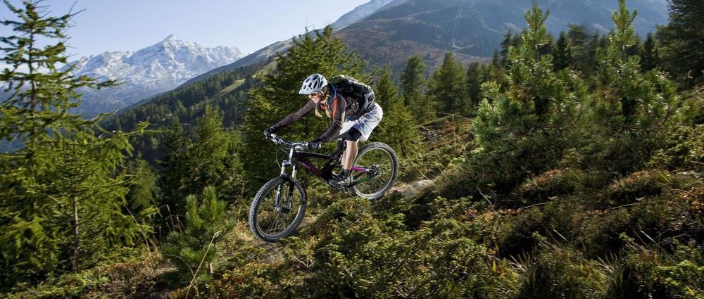 Frau auf Bike zwischen Bäumen.jpg