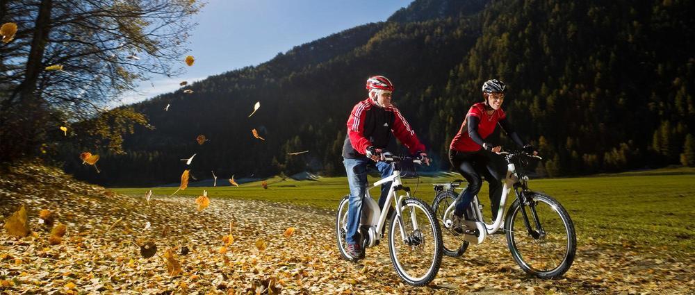 Senioren auf E-Bike.jpg