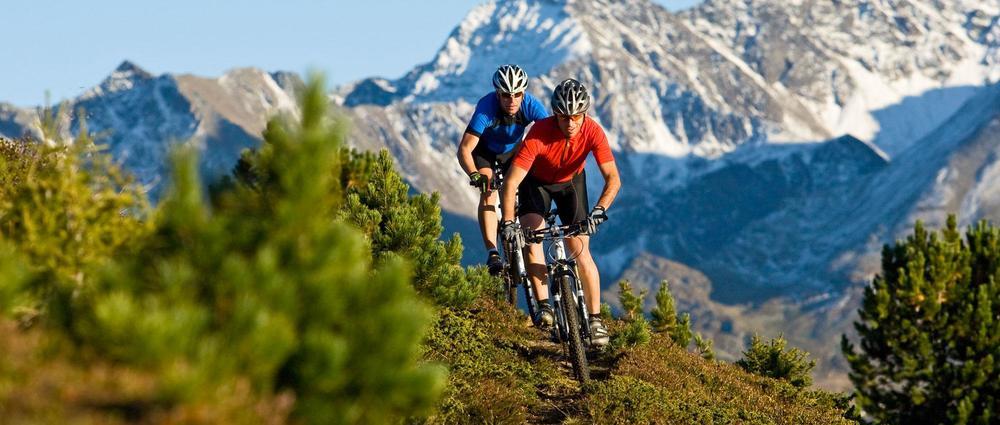 Zwei Biker in Kieferlatschenfeld.jpg
