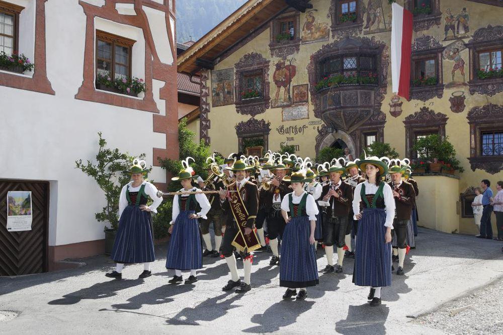 Oetz Musikkapelle vor Gasthaus Stern-komprimiert.jpg