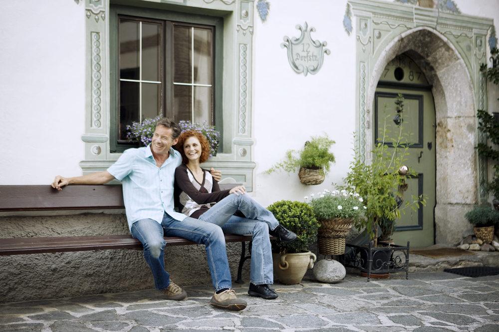 Paar auf Bank alter Ortskern Oetz.jpg