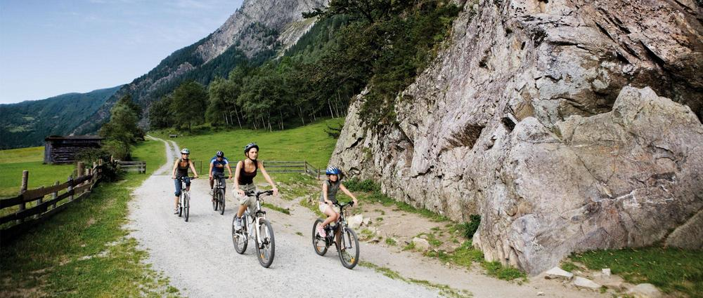 Familie auf Fahrrad vor Engelswand.jpg