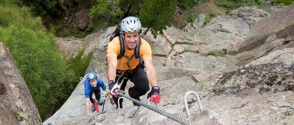 Mann und Kind auf Klettersteig.jpg