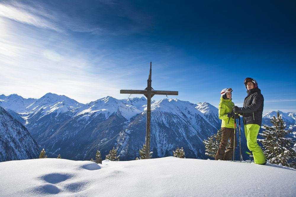 Hochoetz Skifahrer neben Gipfelkreuz.jpg