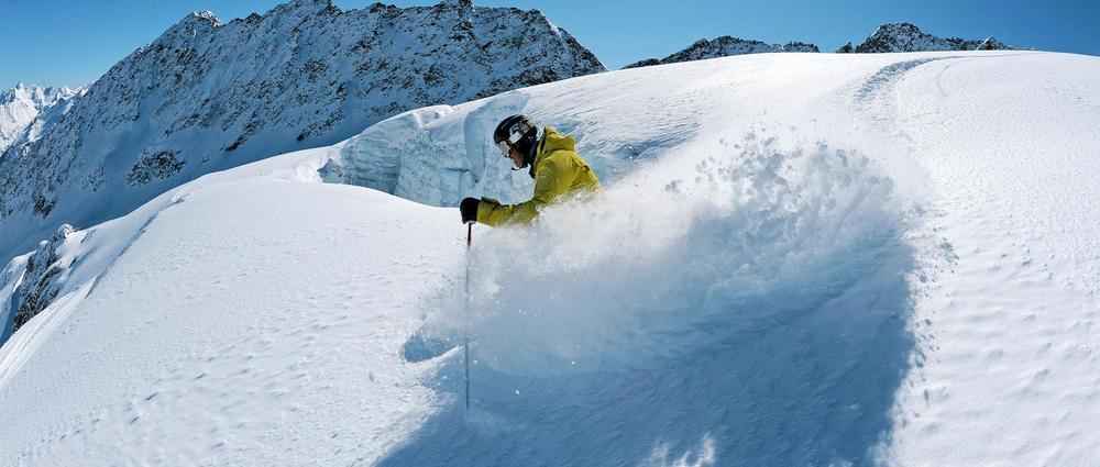 Skifahrer im Tiefschnee.jpg