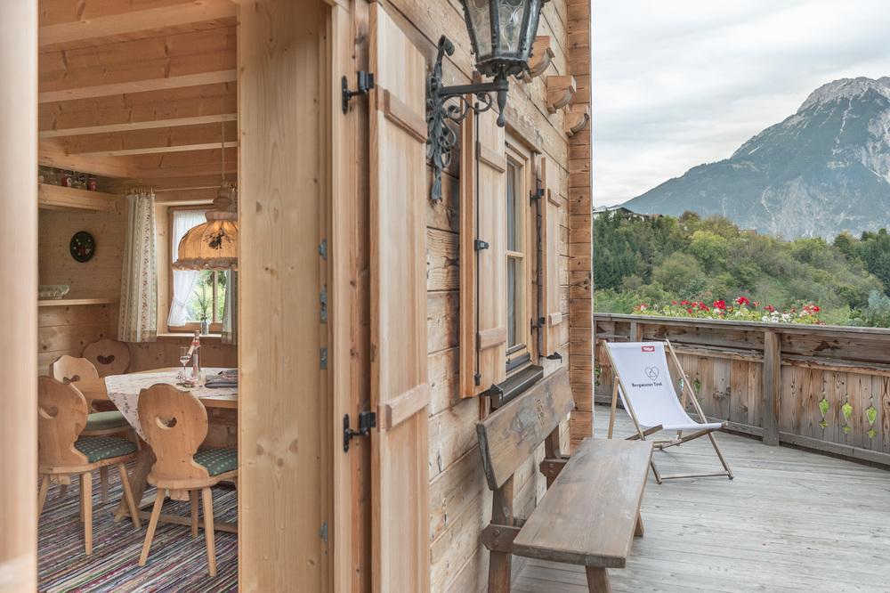 Oetztal Chalet Tirol Haus Aussenaufnahme Terrasse Sitztbank Blick Ins  Esszimmer