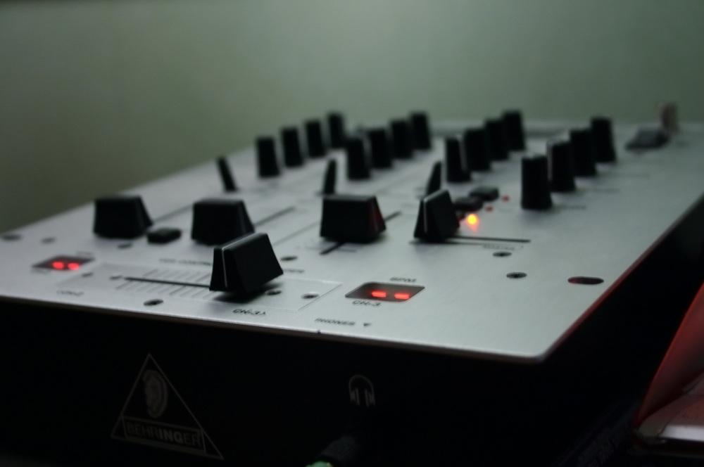 Behringer_dj_mixer.jpg