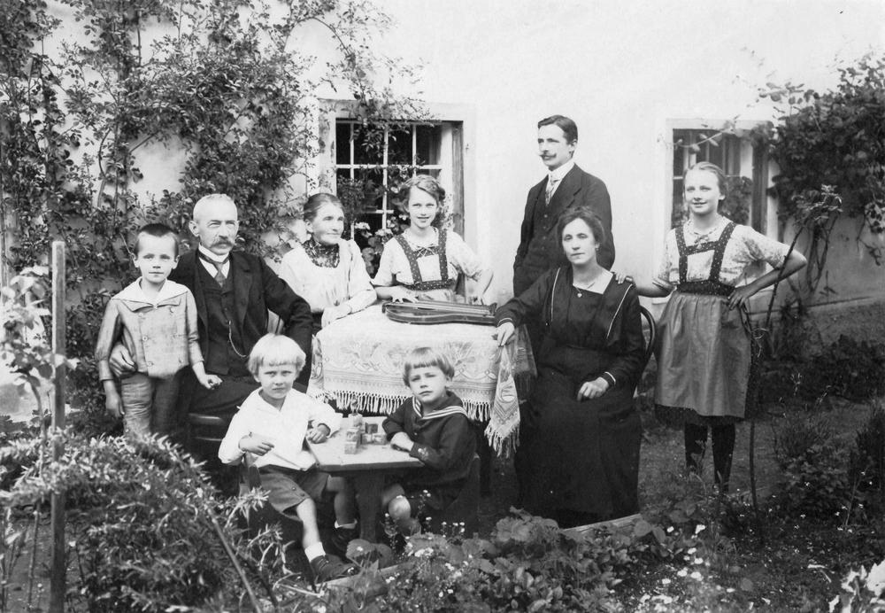 Familienfoto mit 3 Generationen. Johann I. bis Johann III.