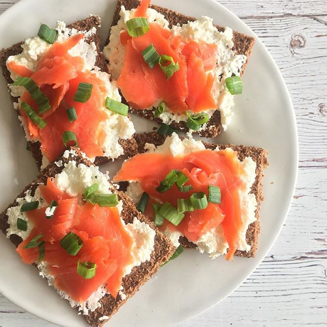 a light + delicious lunch 🐟|| wild Alaskan smoked salmon, whipped cream cheese, green onions + Scandinavian bran crispbread