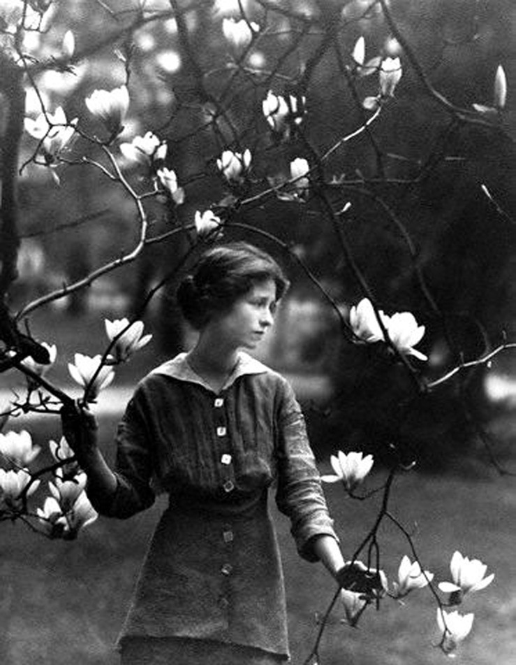 hollyhocksandtulips :      Edna St. Vincent Millay at Vassar College, 1914     Photo by Arnold Genthe