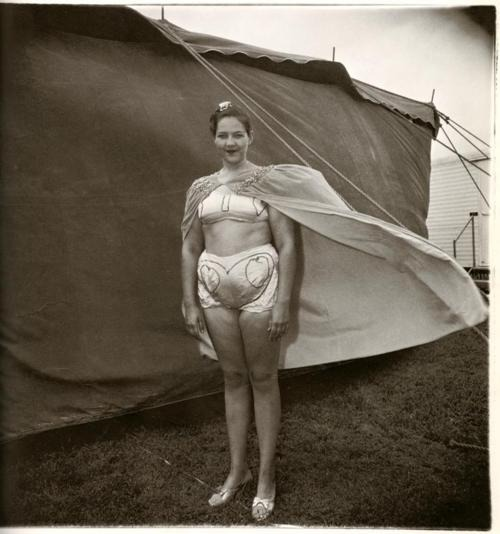 Spring breeze is to cape as yoga is to life. I wish we could see her act. PHOTO:   DIANE ARBUS, 1970   Found   HERE