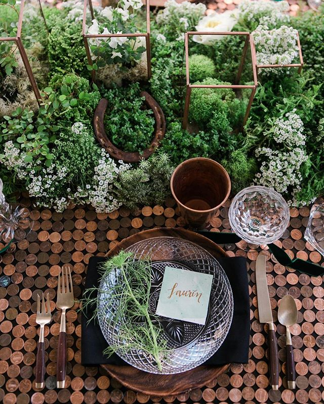 St. Patrick's Day. 🍀 More on  #twinkandsis // Photo: @jennaelbow // Florals: @mvflorals // Dishes + Flatware: @borrowedblu // Linens: @maisonmidi // Place cards: @adapperline