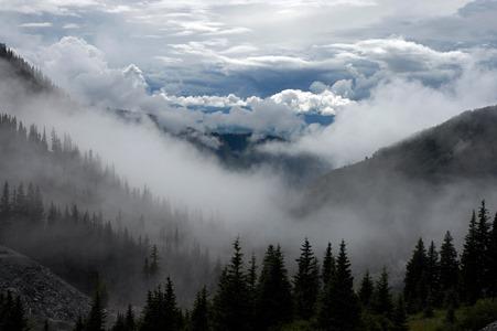Cloudy hills Tim Mossholder, Unsplash.com
