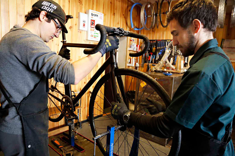 Eduardo Gasca, chief mechanic at Ciclos La Universal, is in charge of the final assembly of the bicycle and has the last word in which is the most appropriate component for a certain build.