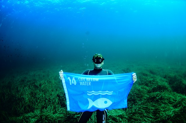 Free diving world champion Umberto Pelizzari, raised a flag to represent Goal 14, Life Below Water, off the coast of Formentera, to support the UN Global Goals for Sustainable Development. Credit: Enric Sala. http://www.globalgoals.org/media-centre/