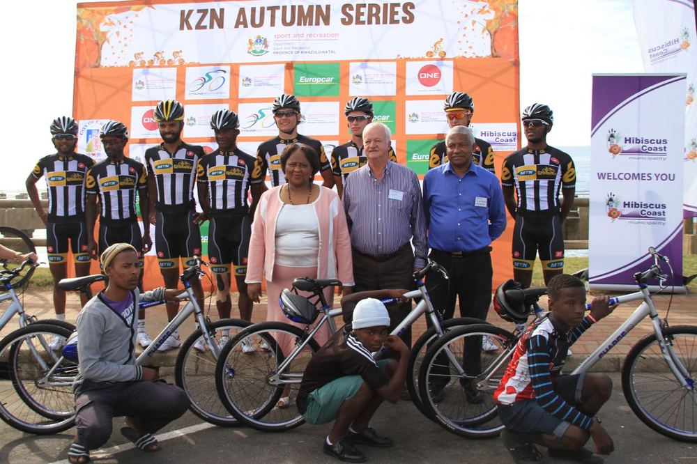 MTN-Qhubeka Feeder Team riders handed over 50 bicycles to young people from the local community, which will not only assist in the development programme of the sport but also help in getting children from the rural areas onto bicycles for public transport purposes. Middle from left: Mayor Councilor N.C.P. Mqwebu, Deputy Mayor Councilor J. de Wet, Cycling SA President Mr William Newman. Photo: supplied