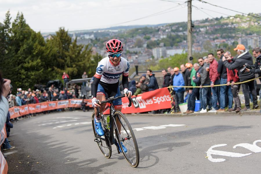 Ashleigh Moolman-Pasio climbs the Mur de Huy at the La Flèche Wallonne Femmes - a 120 km road race starting and finishing in Huy on April 19 2017 in Liège, Belgium. (Velofocus).