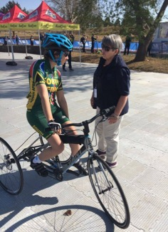 2017 UCI Para-cycling Road World Championships, Pietermaritzburg: Linda Bartholomew engaging with tricyclist Toni Mould.