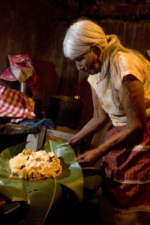 29 - Doña Mariquita preparing a Zacahuitl.jpg