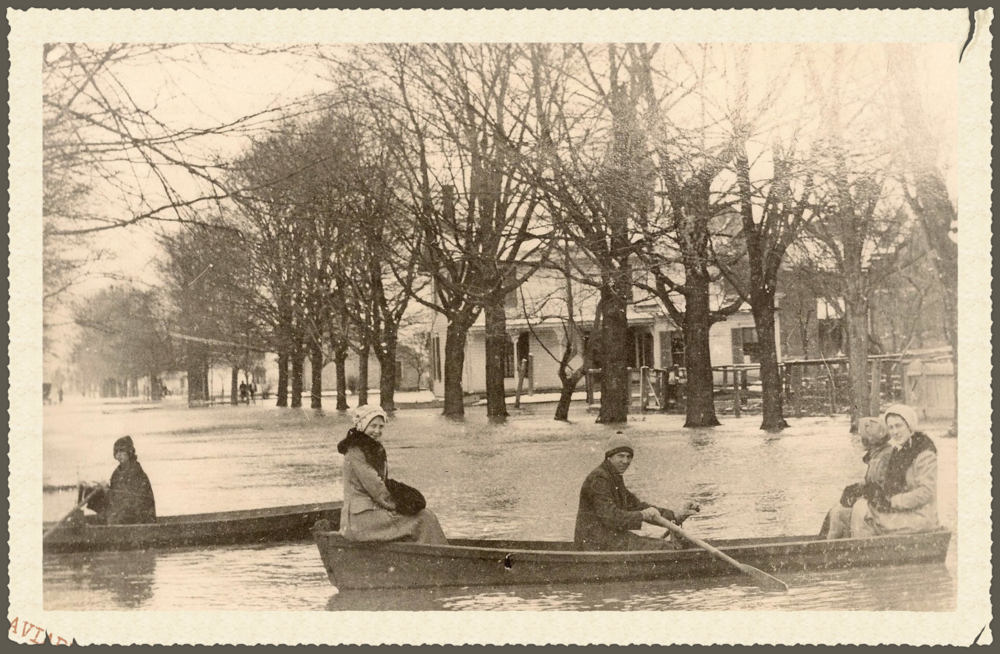1913 Flood - Looking North on River Road