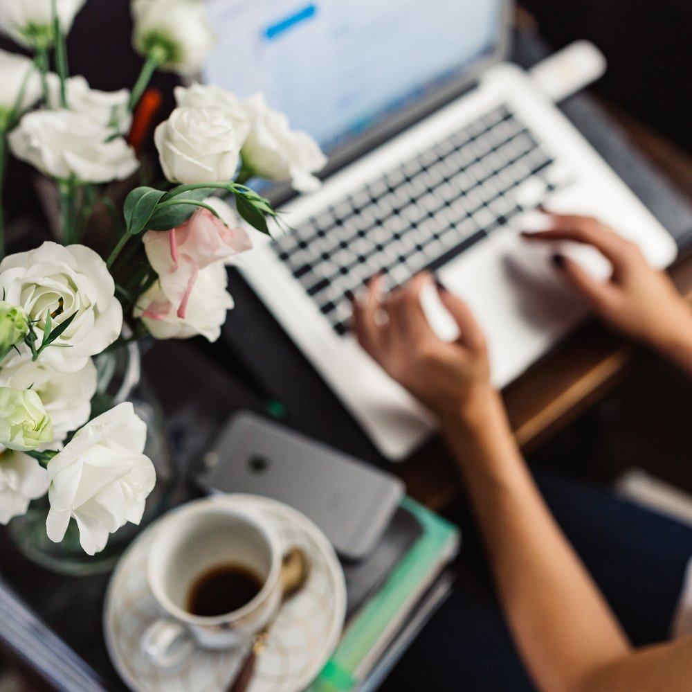 kaboompics.com_Female workspace with white flowers.jpg