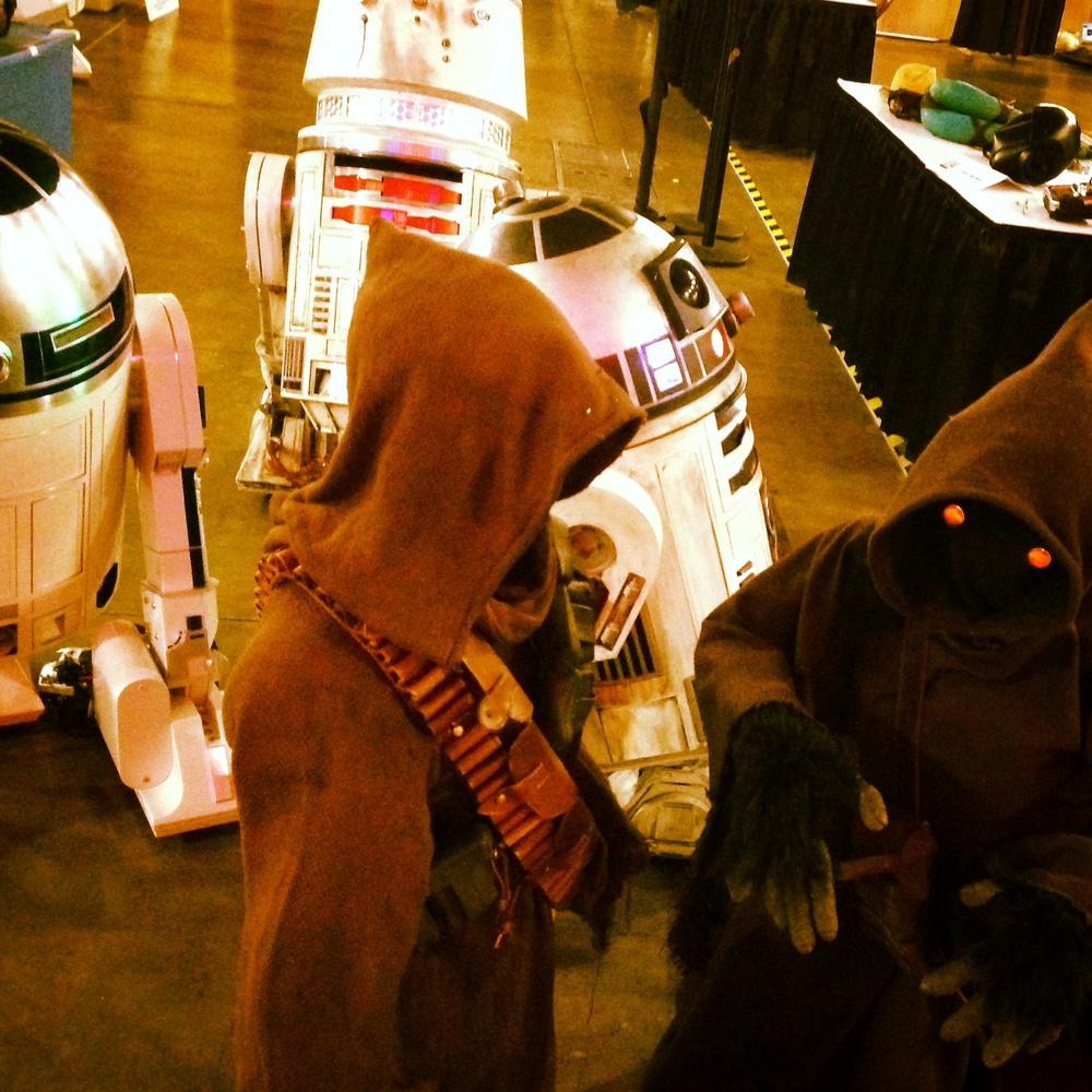 Convention Jawas discuss logistics at the show end.